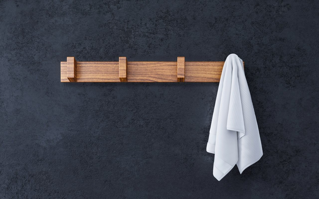 Aquatica Universal 19.75 Waterproof 4 Hook Wall Mounted Iroko Wood Rack 02 (web)