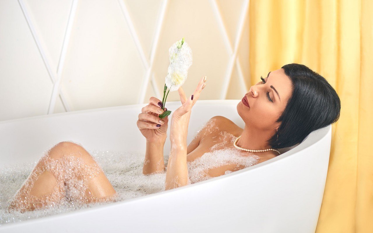 Sensuality wht freestanding oval solid surface bathtub by Aquatica